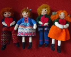 Make felt souvenirs in support of socially disadvantaged women
